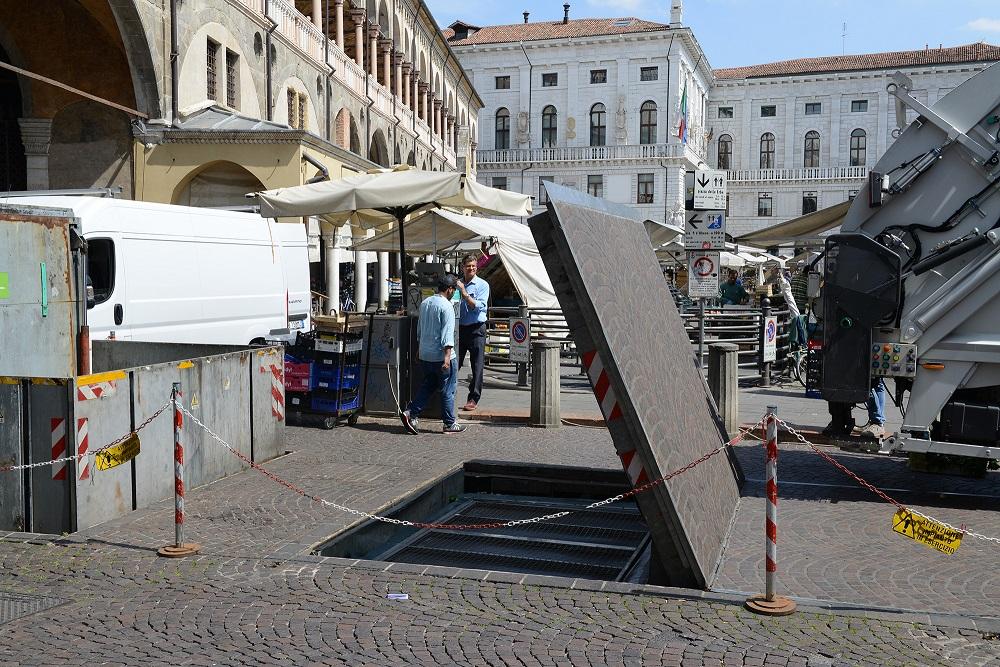 Raccolta differenziata in Piazza delle Erbe a Padova: al via la manutenzione delle isole interrate
