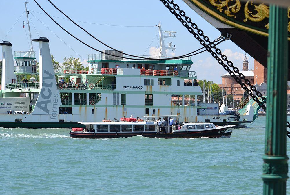 Alta marea a Venezia: 20 su 22 approdi dei vaporetti rispristinati entro fine anno
