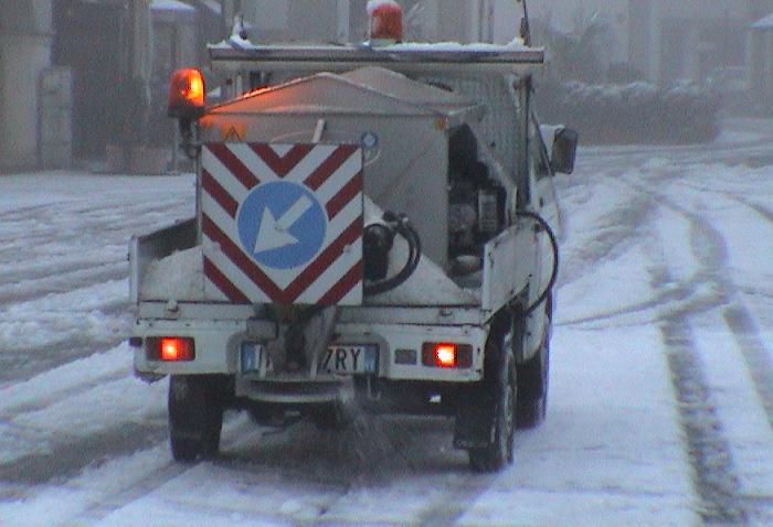 Sparsi ieri a Vicenza oltre duemila quintali di sale per ripulire le strade dalla neve ed evitare la formazione del ghiaccio