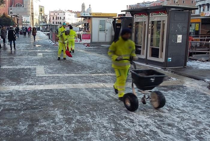 Veritas collabora al piano neve del Comune di Venezia effettuando lo spargimento del sale sui percorsi pedonali