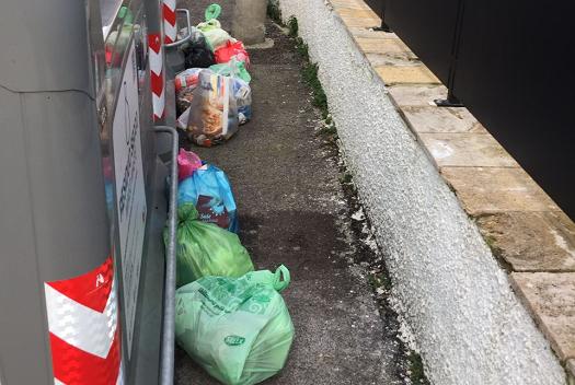 A San Michele Extra incivili casi di abbandono dei rifiuti sul suolo pubblico vicino ai cassonetti ad accesso controllato