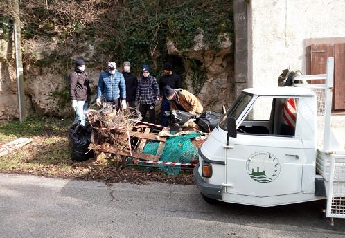 Amia Verona ha fornito sacchi, guanti,  pinze e rastrelli ai volontari che hanno ripulito gli argini del Squaranto