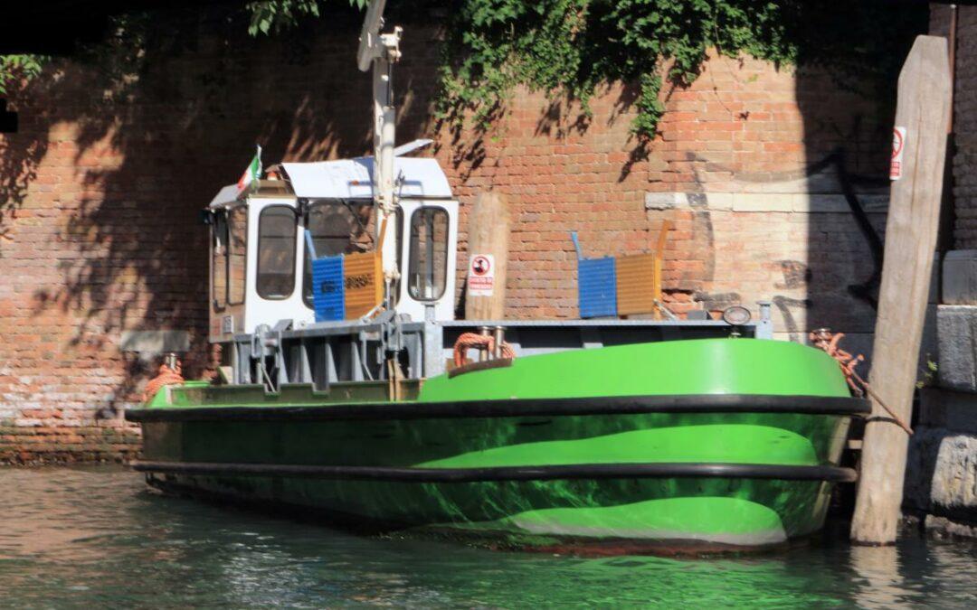 """44 barche di Veritas per la raccolta e il trasporto dei rifiuti sono dotate di motori certificati """"Stage V"""" non inquinanti"""